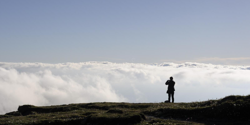 Fille regardant des nuages image stock