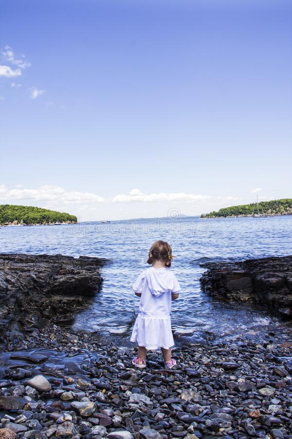 Fille regardant l'océan photos stock