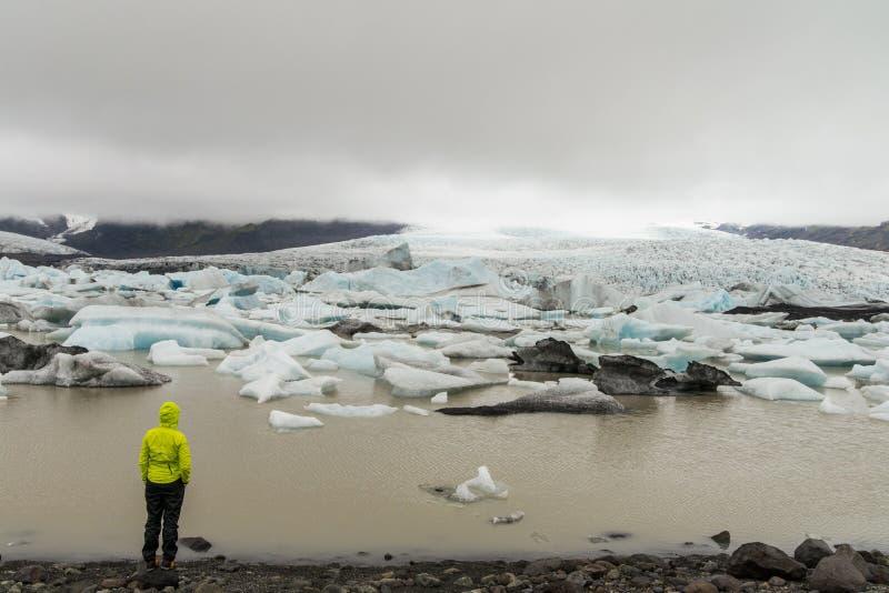 Fille regardant la lagune de glacier près de Skaftafell images stock