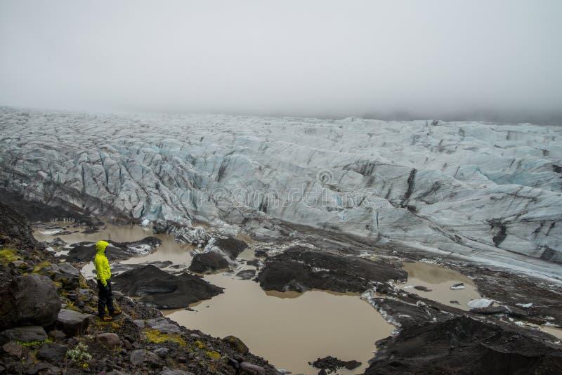 Fille regardant la lagune de glacier près de Skaftafell photos libres de droits