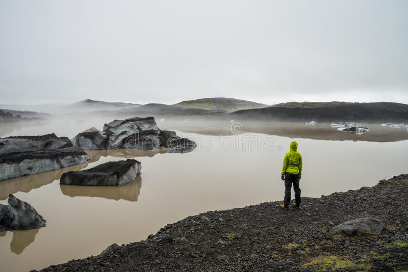 Fille regardant la lagune de glacier près de Skaftafell images libres de droits