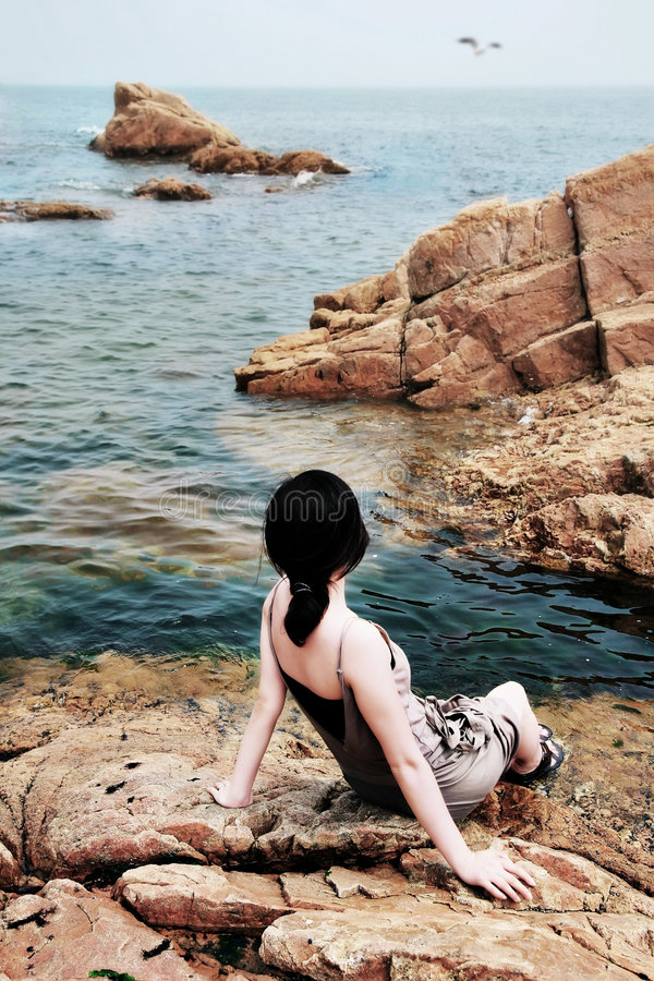 fille regardant la mer image stock