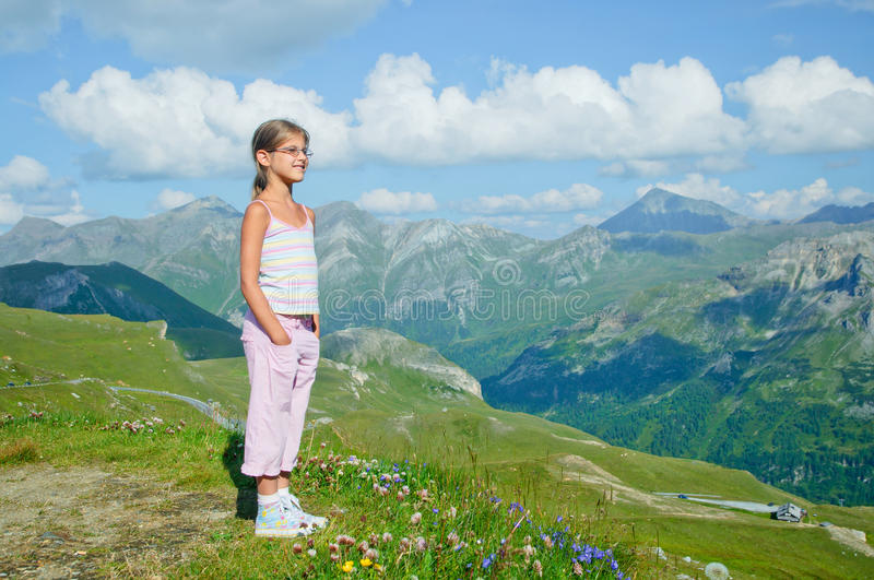 Fille regardant les montagnes photo stock