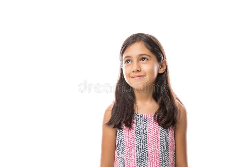 Fille regardant loin souriante sur un portrait léger de fond photos stock