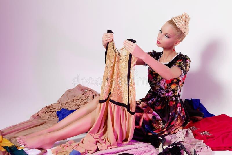 Fille ressemblant à la poupée de Barbie images libres de droits