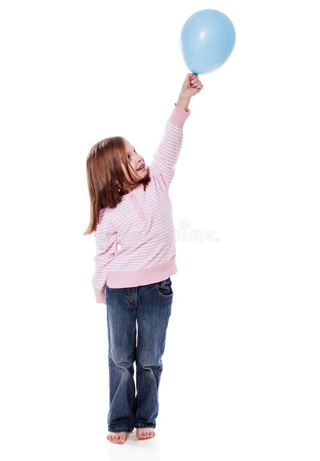 Fille retenant le ballon images libres de droits