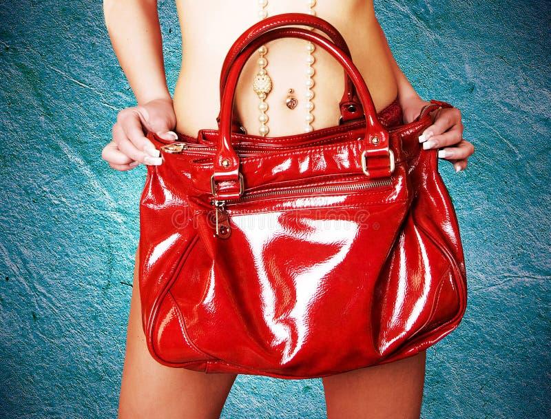 Fille retenant le sac en cuir rouge images stock