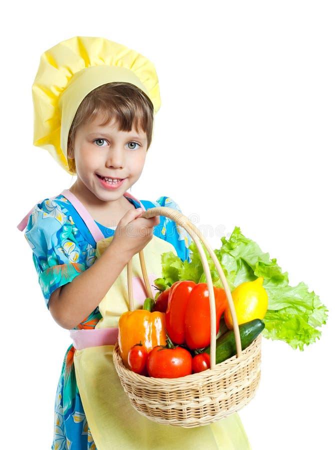 Fille retenant un panier des légumes image stock