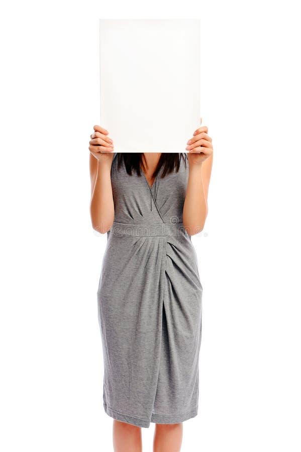 Fille retenant un panneau blanc photo stock