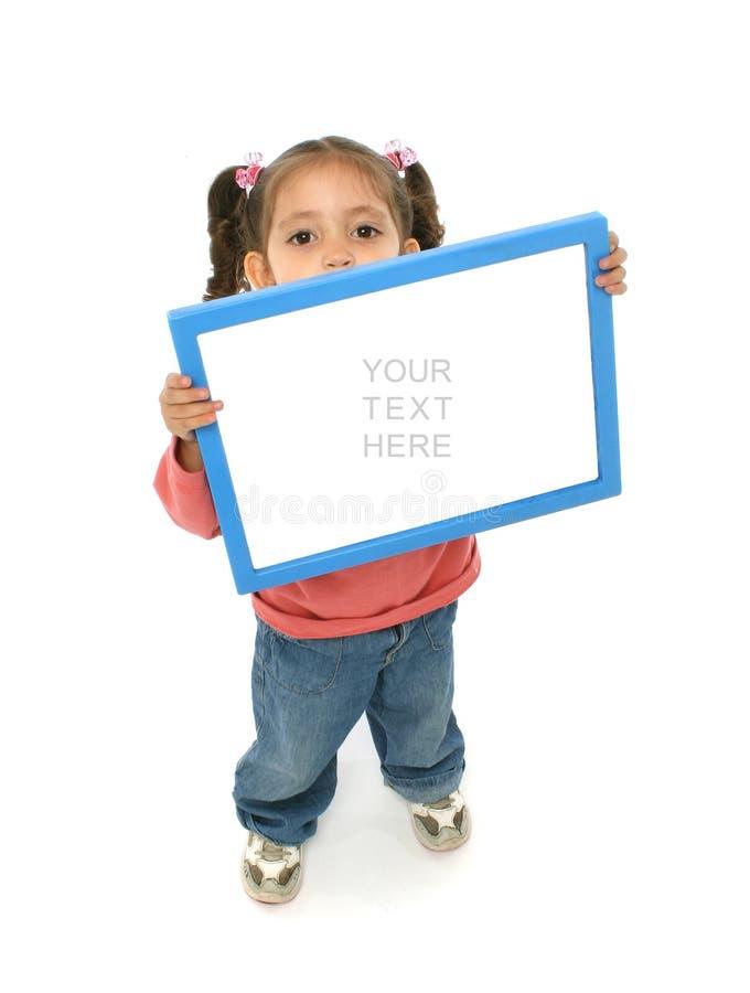 Fille retenant un signe blanc photographie stock libre de droits