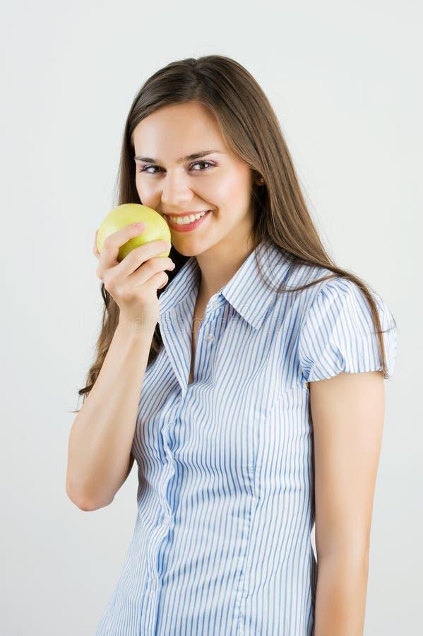 Fille retenant une pomme verte photos stock