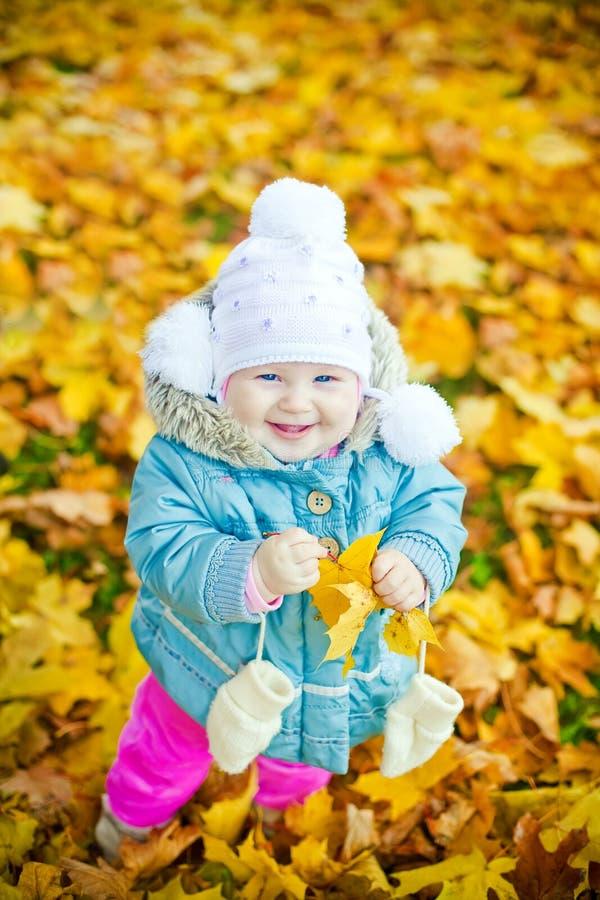 Fille riante avec la lame jaune photographie stock libre de droits