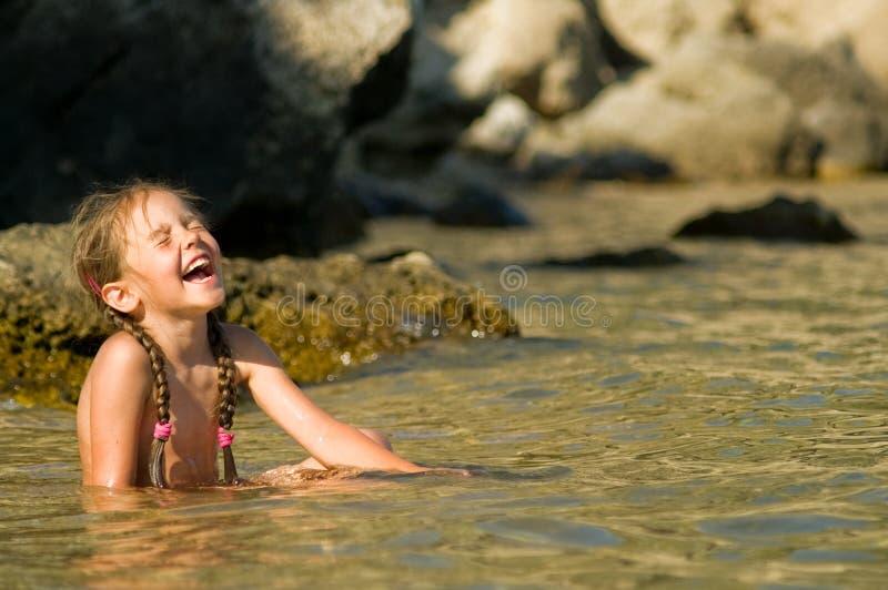 Fille riante dans une eau images stock