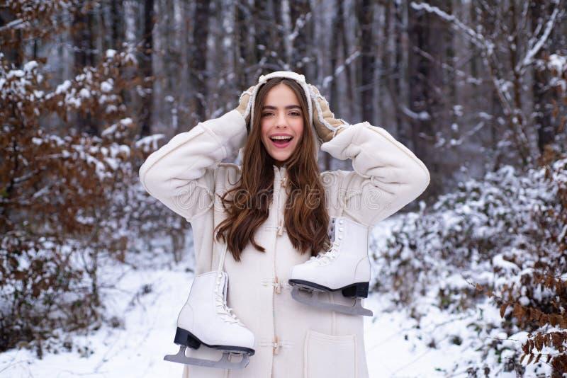 Fille riante dehors Portrait extérieur de fille de Noël jeunes de femme de l'hiver de verticale Mode de chute de neige de beauté  photographie stock libre de droits