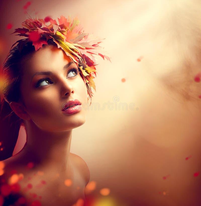 Fille romantique d'automne avec les feuilles colorées photographie stock libre de droits