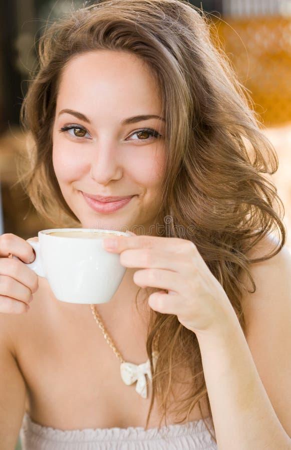 Fille romantique de café. image libre de droits