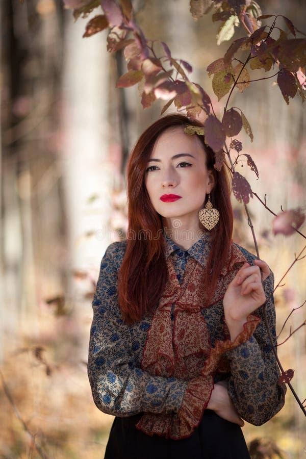 Fille rouge d'automne photographie stock