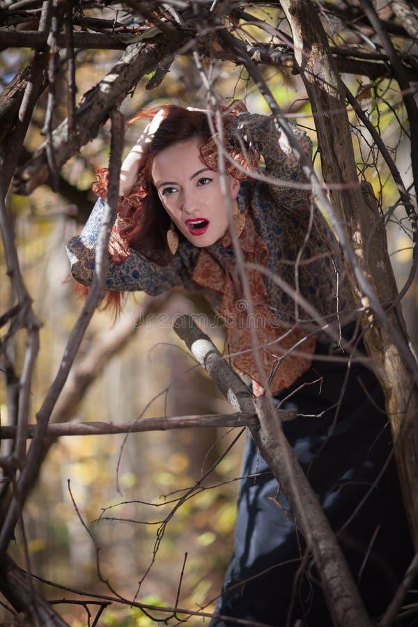 Fille rouge d'automne photographie stock libre de droits