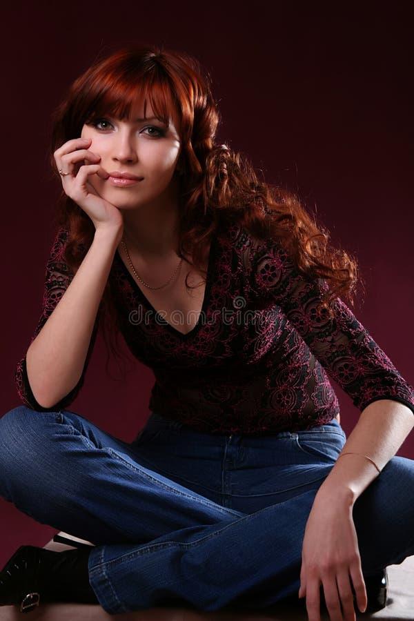 Fille rouge sexy de cheveu images stock