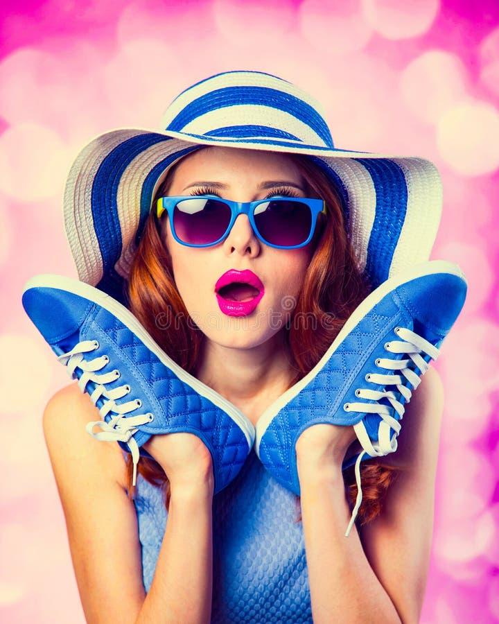Fille rousse avec des chaussures en caoutchouc photo libre de droits