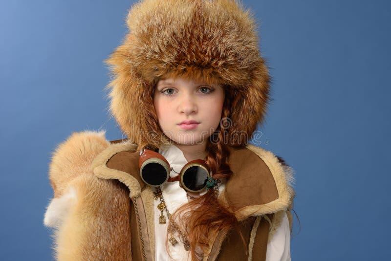 Fille rousse dans des vêtements d'hiver photos libres de droits