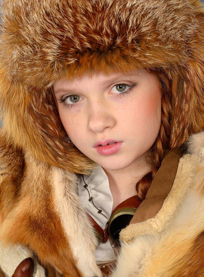 Fille rousse dans des vêtements d'hiver images libres de droits