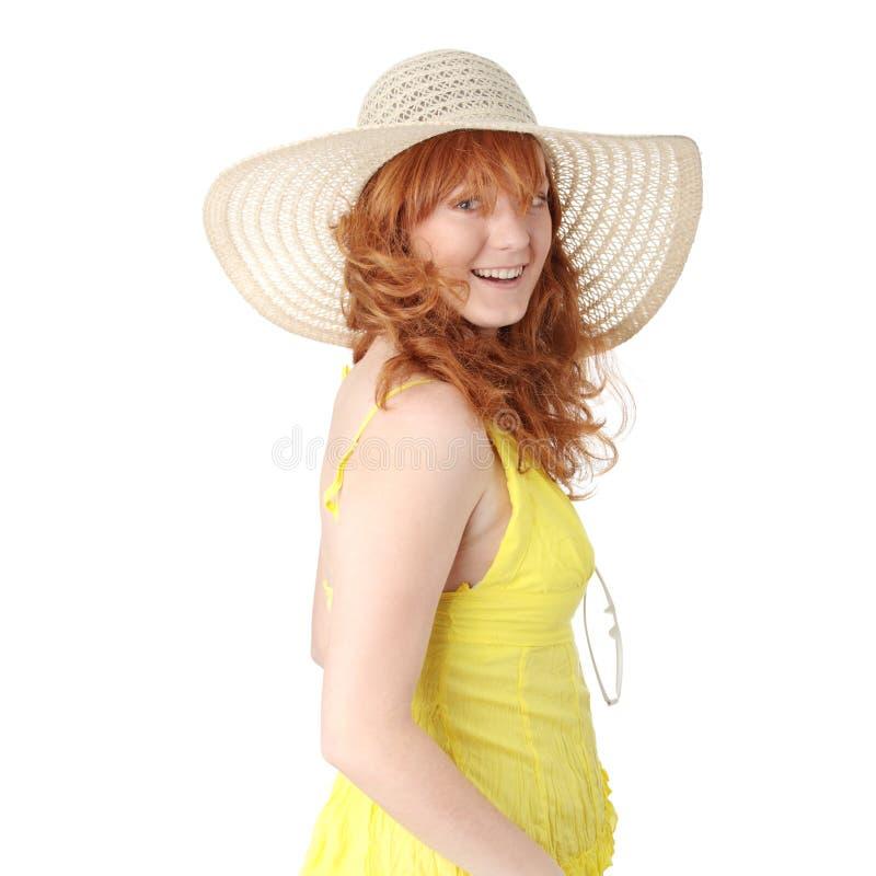 Fille rousse dans la robe jaune d'été photo stock