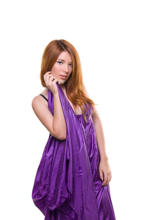 Fille rousse dans une robe pourprée photographie stock