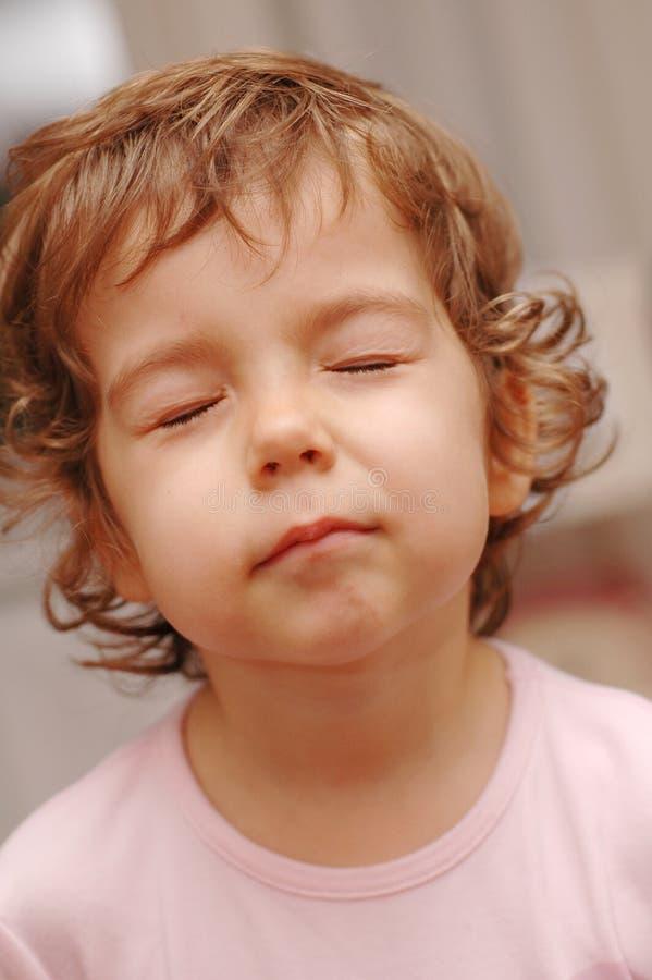 Fille rousse mignonne avec des yeux fermés image stock
