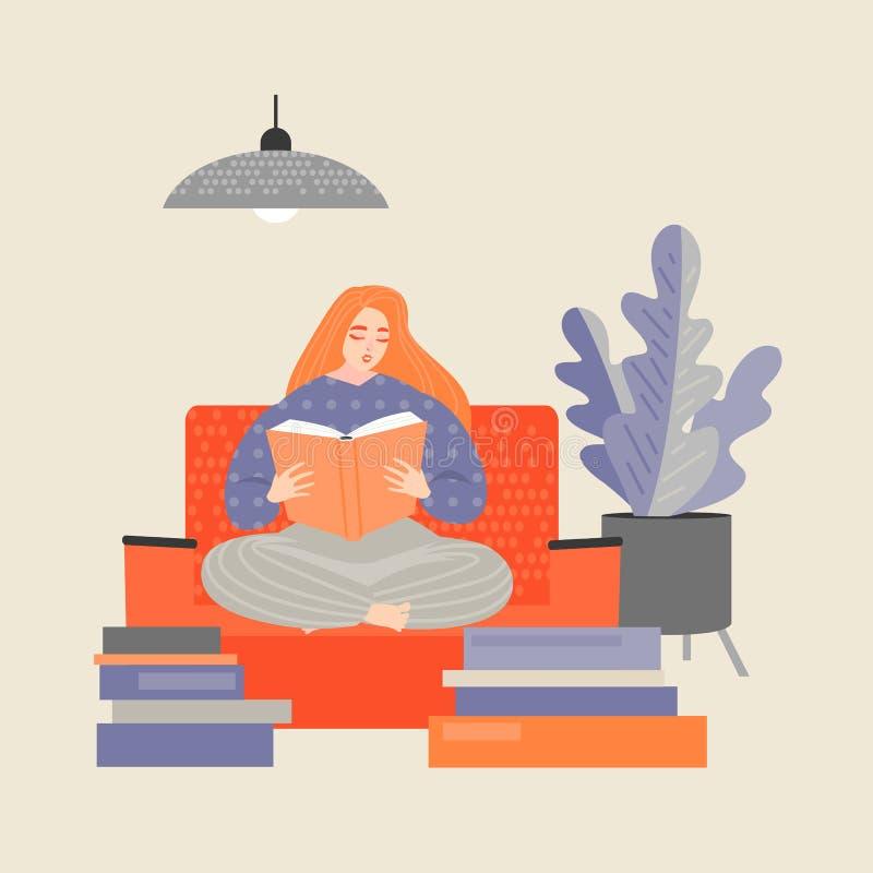 Fille rousse s'asseyant sur le divan et lisant un livre illustration libre de droits