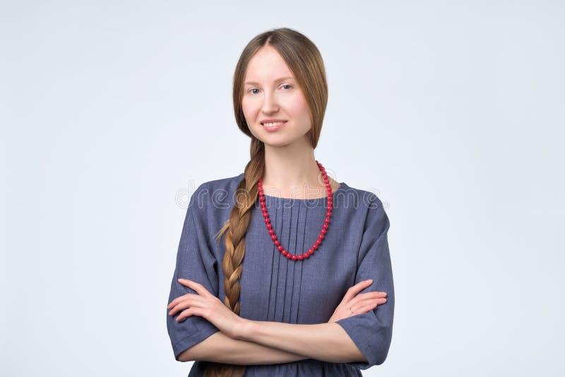 Fille russe avec des cheveux de tresse, souriant avec le regard sûr et amical photos libres de droits
