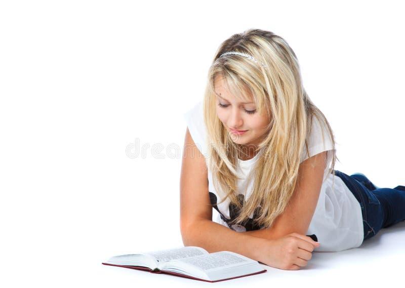 Fille s'étendant sur le livre d'étage et de relevé photo libre de droits
