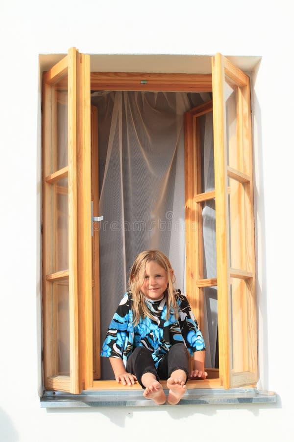 Fille s'asseyant sur la fenêtre images libres de droits