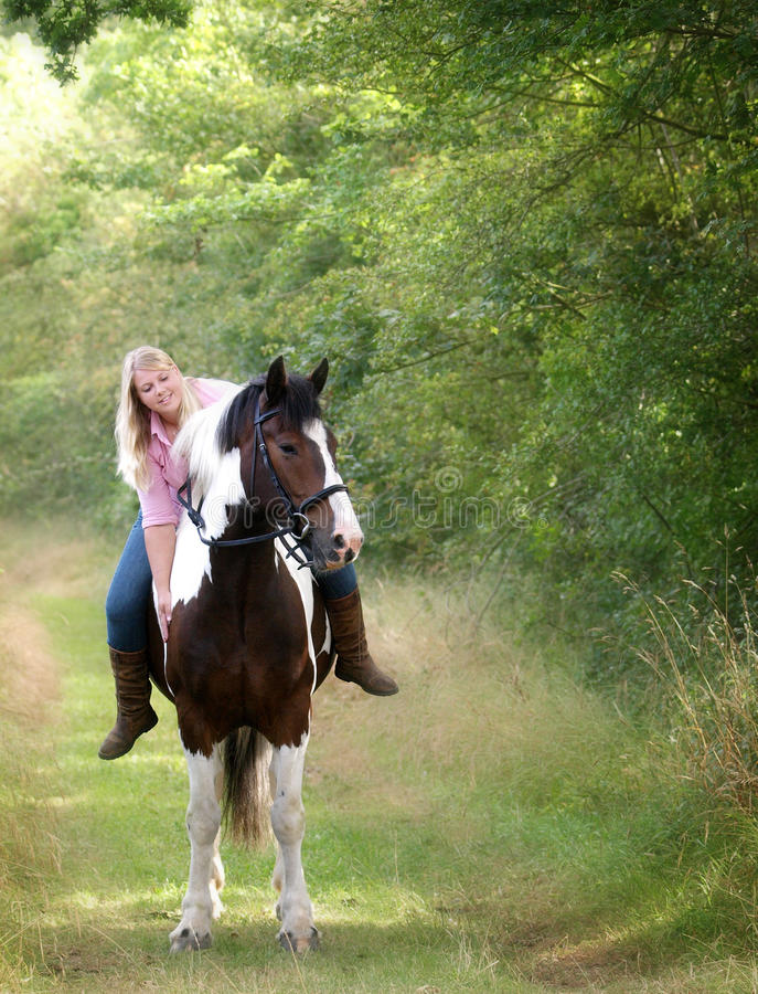 Fille s'asseyant sur son cheval photos libres de droits