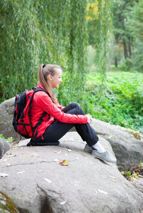 Fille s'asseyant sur une grande pierre, nature d'automne photos libres de droits