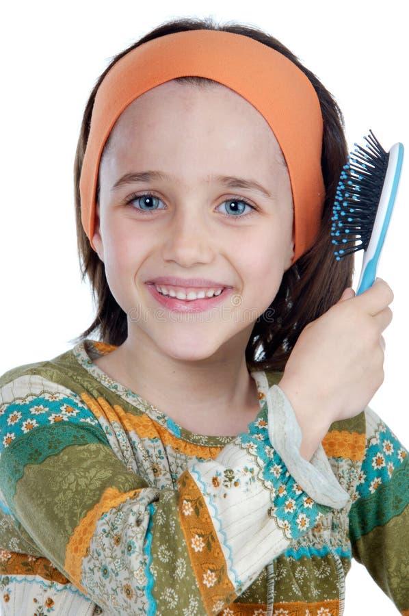 Fille se brossant le cheveu photo libre de droits