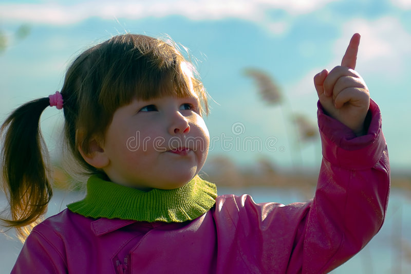 Fille se dirigeant dans le ciel photo stock