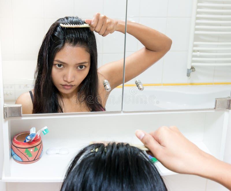 Fille se peignant le cheveu image libre de droits