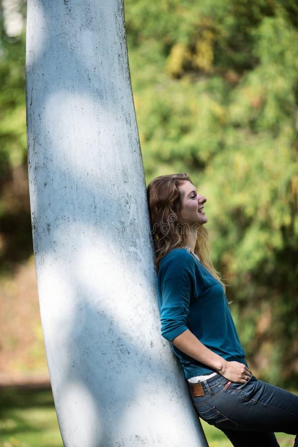 Fille se penchant contre un arbre photo libre de droits