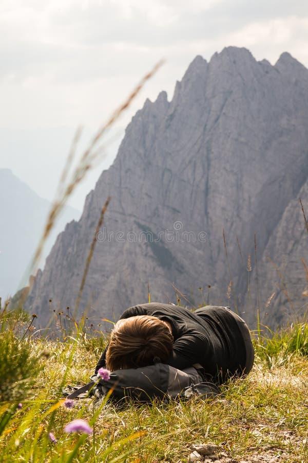 Download Fille Se Reposant Devant La Crête De Montagne Photo stock - Image du mère, environnement: 45368946
