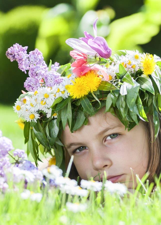 Fille se situant dans l'herbe image libre de droits