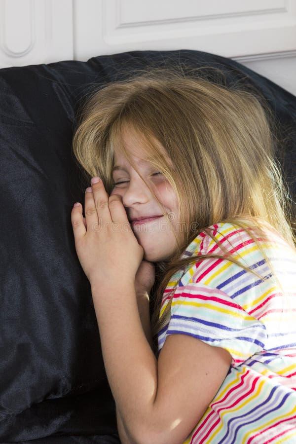 Fille se situant dans le lit et le sourire photos libres de droits