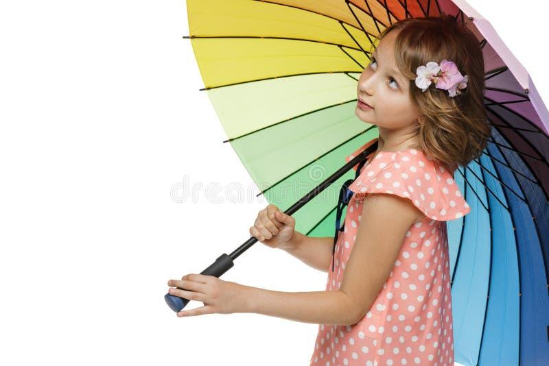 Fille se tenant avec le parapluie photo stock