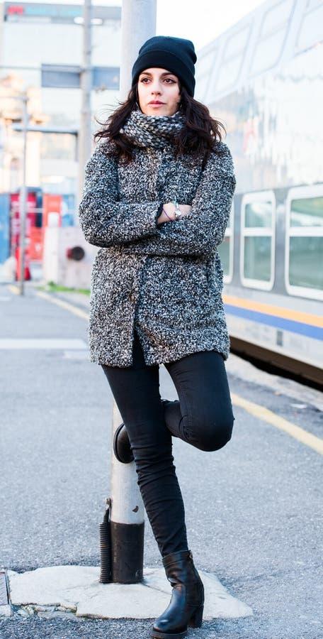 Fille se tenant près de la gare ferroviaire la jugeant à l'obstacle larmes, attendant quelqu'un photo libre de droits
