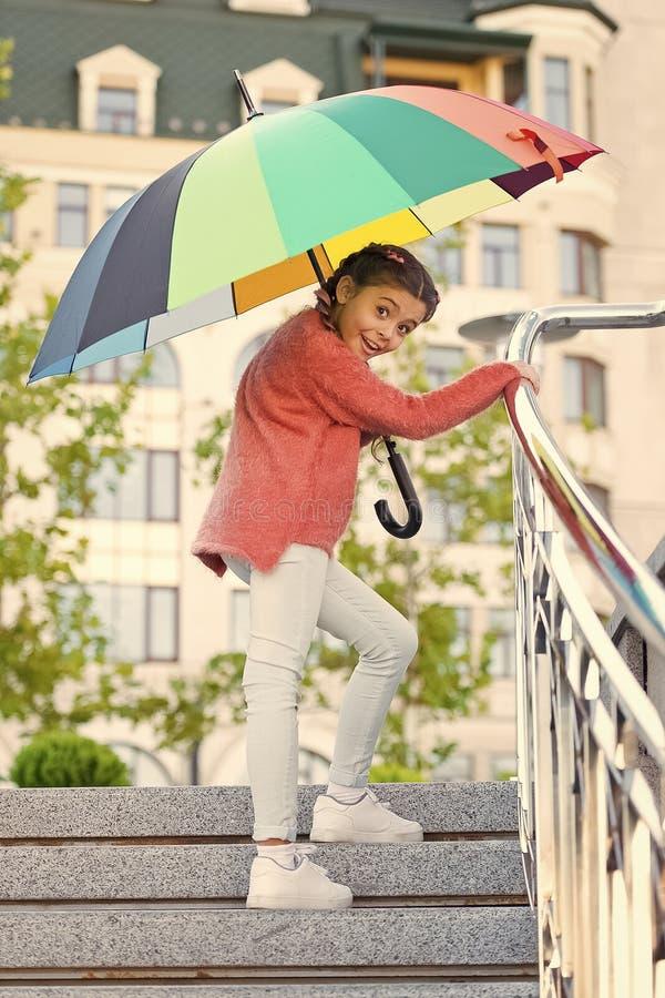 Fille se tenant sur des escaliers et tenant le parapluie Autumn Rain Mauvais temps de attente sous le parapluie fille ?l?gante de photo libre de droits