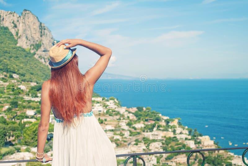 Fille se tenant sur le balcon et regardant la mer images libres de droits