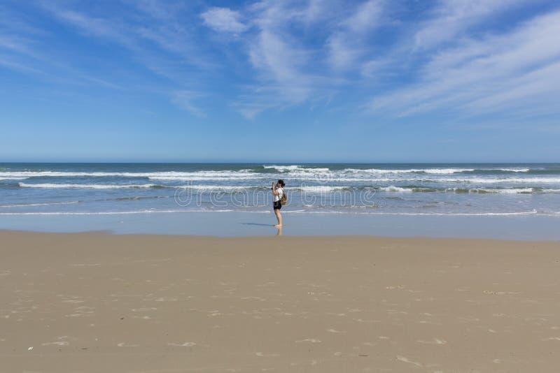 Fille se tenant sur une plage au Brésil du sud image stock