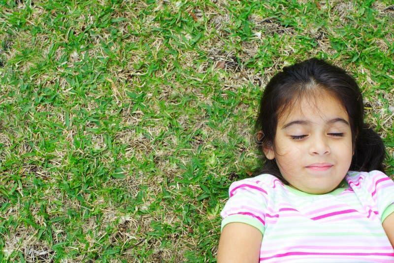 Fille se trouvant sur l'herbe photos libres de droits