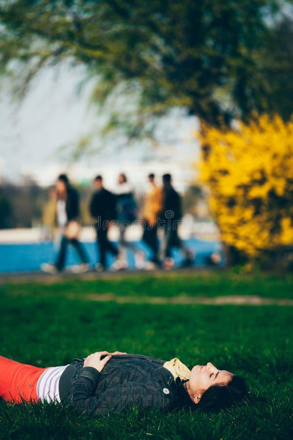 Fille se trouvant sur l'herbe photo libre de droits