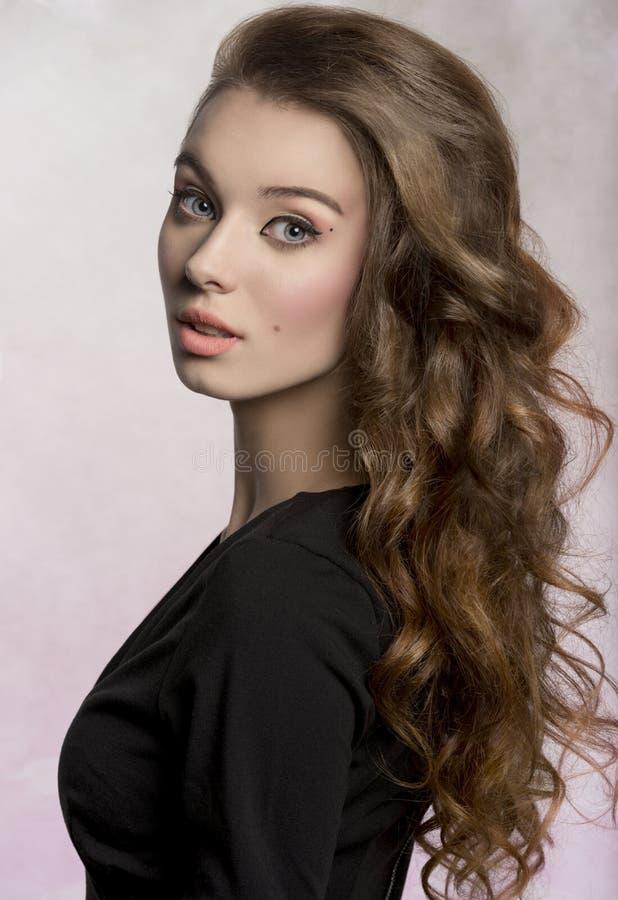 Fille sensuelle avec de longs cheveux mignons image libre de droits